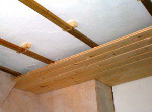 отделка потолка срубе