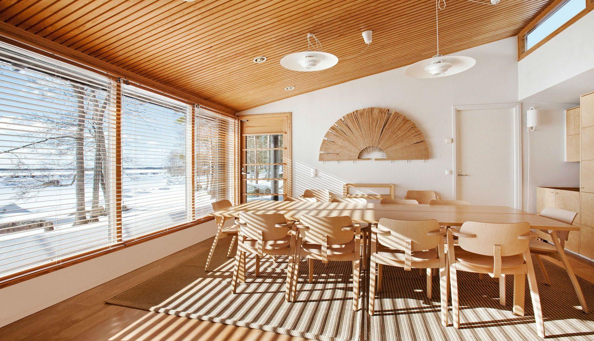 отделка реечного потолка в деревянном доме