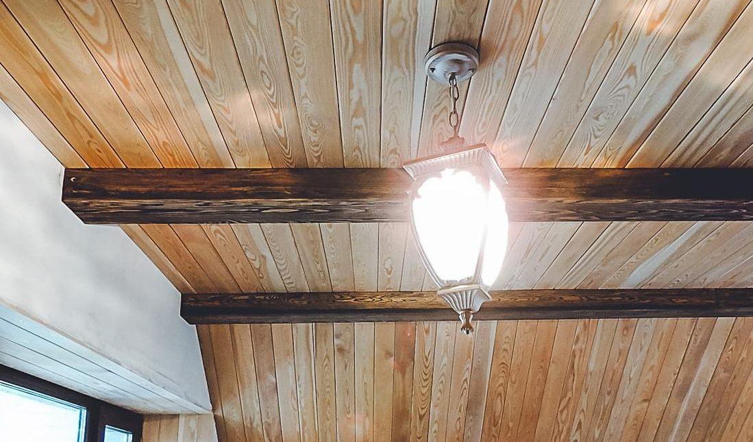 отделка потолка в срубе